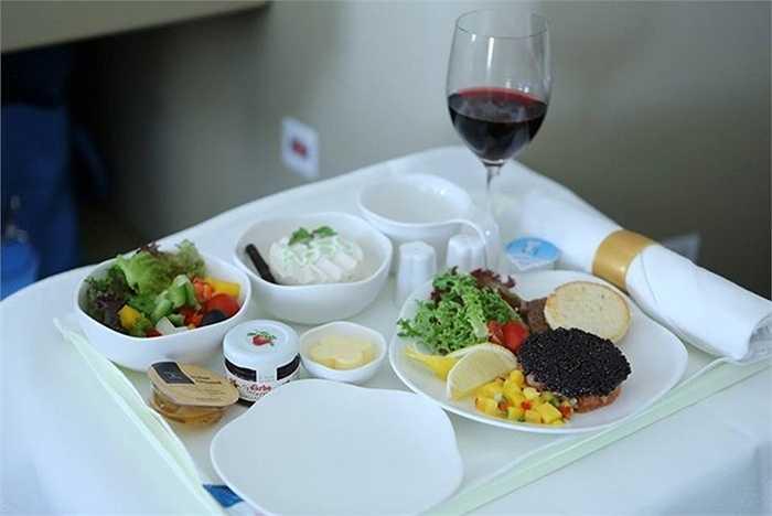 Vietnam Airlines lựa chọn những thực phẩm có chất lượng tốt nhất và hợp tác với các đầu bếp hàng đầu để mang đến những thực đơn vừa đa dạng, phong phú, vừa thể hiện được những nét đặc trưng của văn hóa ẩm thực Việt Nam và thế giới.