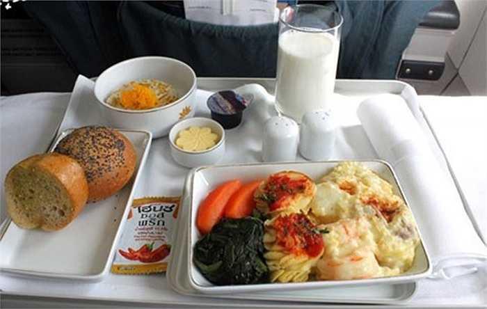 Với ba hạng ghế ngồi trên các siêu máy bay mới, Vietnam Airlines cũng phục vụ những món ăn với chất lượng khác nhau.