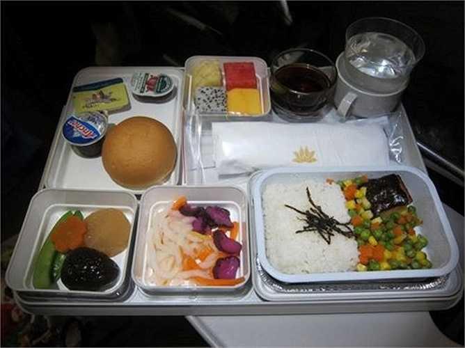Các món ăn của hãng thường xuyên được cải tiến và đổi mới phù hợp với đặc điểm về văn hóa, sở thích của hành khách, thời điểm phục vụ bữa ăn trên từng chuyến bay.