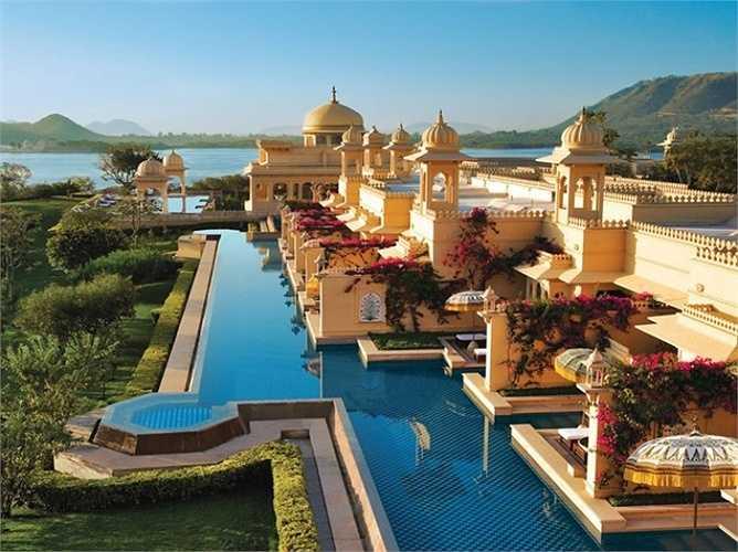 1. Khách sạn sạn Oberoi Udaivilas: Nằm ở thành phố Udaipur, Ấn Độ . Khách sạn tốt nhất thế giới Oberoi Udaivilas được xây dựng với nét kiến trúc truyền thống của cung điện Ấn Độ, giúp các du khách có một trải nghiệm về kỳ nghỉ mang phong cách hoàng gia. Tất cả các phòng được trang trí theo phong cách hoàng gia Ấn Độ với tiện nghi hiện đại và dịch vụ quản gia cá nhân.