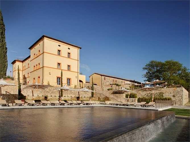2. Khu nghỉ dưỡng Castello di Casole - A Timbers Resort, Tuscany, Ý. Nằm cạnh một vườn nho và ô liu, khu nghỉ dưỡng này mang đến cho du khách cảm giác như đang lạc vào không gian cổ tích. Castello di Casole - A Timbers Resort mang vẻ cổ kính bởi trước đây nó là một lâu đài được xây dựng từ thế kỷ thứ 10.