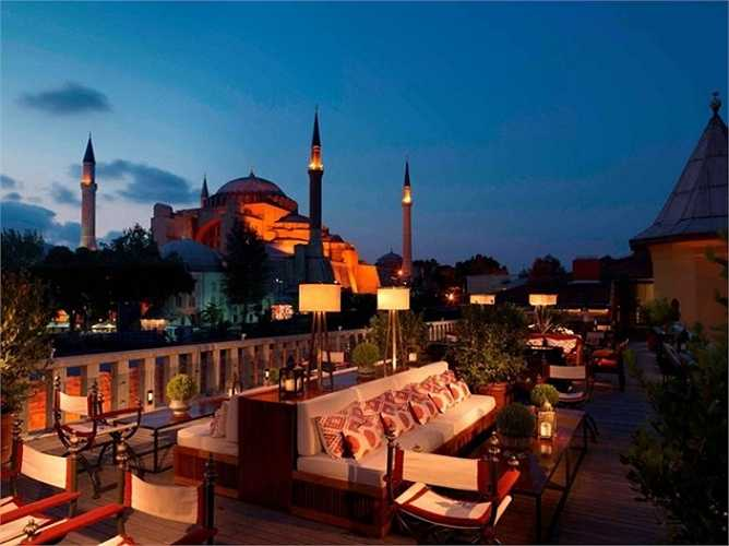 6. Four Seasons Hotel ở Istanbul: Khách sạn này nằm ở trung tâm thành phố, với 65 phòng sang trọng, một khu vườn thơm mùi cỏ sữa, tiếng chim hót líu lo, tạo cho du khách một cảm giác bình yên, thư thái vô cùng. Đứng trên sân thượng của khách sạn bạn có thể nhìn ngắm biển Marmara và Quần đảo chúa.