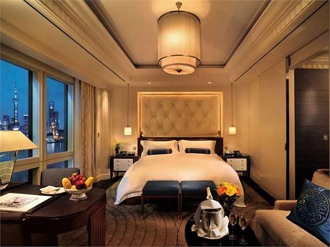 9. The Peninsula Shanghai, Thượng Hải, Trung Quốc: Khách sạn cao chót vót này gồm 235 phòng nằm trên dải bờ sông Bến Thượng Hải lịch sử. Khách sạn được thiết kế với các yếu tố đặc trưng của thành phố Thượng Hải những năm 1920: đá nhập khẩu, đèn thủy tinh nổi, và đồ nội thất sơn mài màu đen.