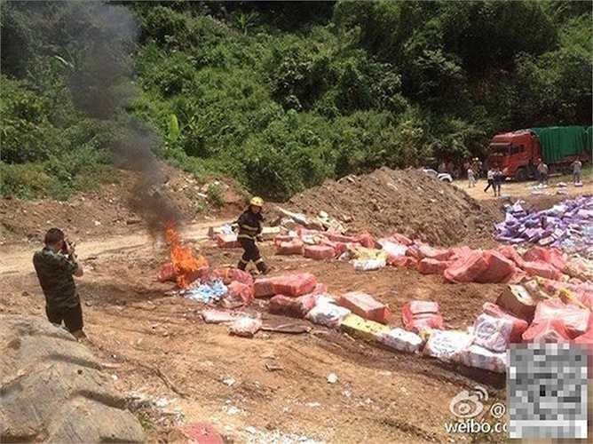 Lực lượng chức năng Trung Quốc tiêu hủy thịt thối