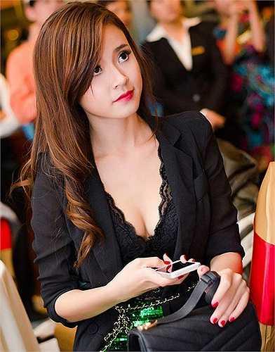Người đẹp ngày một gợi cảm dù vấp phải những nghi vấn chỉnh sửa vòng một.
