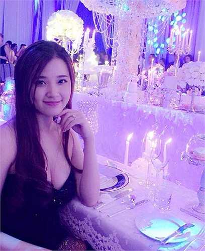 Midu xinh đẹp gợi cảm trong một bữa tiệc đám cưới thời gian gần đây.