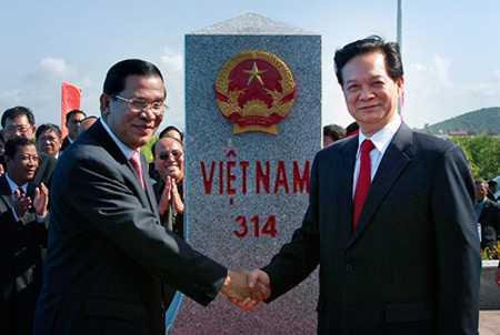 Thủ tướng Chính phủ Nguyễn Tấn Dũng và Thủ tướng Chính phủ Hoàng gia Campuchia Samdech Hunsen bên cột mốc phía Việt Nam