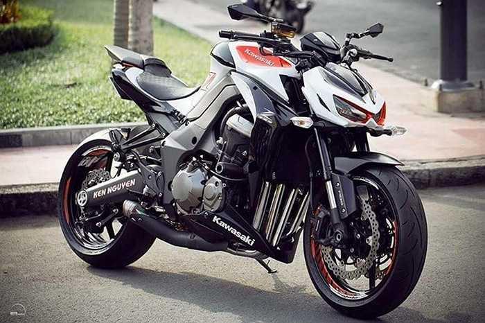 Ngoài việc dán vỏ, những chiếc Kawasaki Z1000 này còn gắn thêm khá nhiều món đồ chơi như pô xe, chống đổ, gương chiếu hậu...