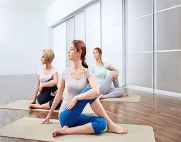 Hãy thử yoga: Nghiên cứu chỉ ra rằng tập yoga và thiền định bằng cách nào đó có thể làm chậm quá trình lão hóa. Hãy thử điều này với sự giúp đỡ của người hướng dẫn.