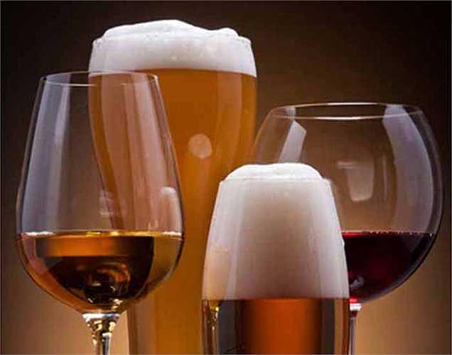 Uống rượu: Nếu không muốn gan làm việc nặng nhọc, thì nên bỏ rượu. Có rất nhiều người đã chết trước tuổi 50 chỉ vì một lá gan bị căng thẳng, do uống quá nhiều rượu.