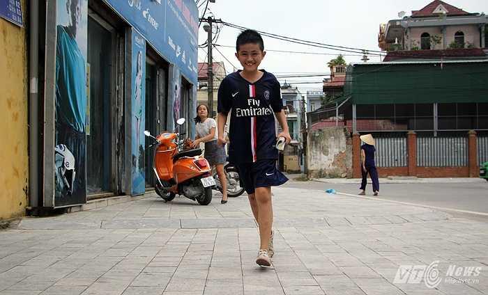 Đinh Anh Quang được đám bạn gọi bằng cái tên khác là Cuội. Chú bé nói rằng, mình đã chạy 5km từ khu vực Big C của thành phố Thanh Hóa tới sân vận động.