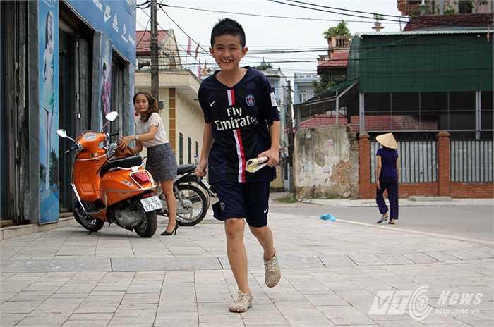 Vì thế, 17h HAGL mới tập nhưng Anh Quang đã có mặt từ 15h với một cuốn sổ và một cái bút.