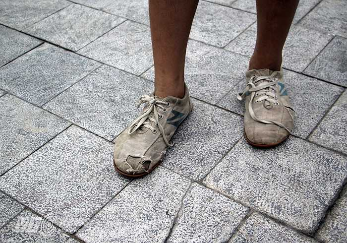 Đôi giầy bata cũ rách của Anh Quang.