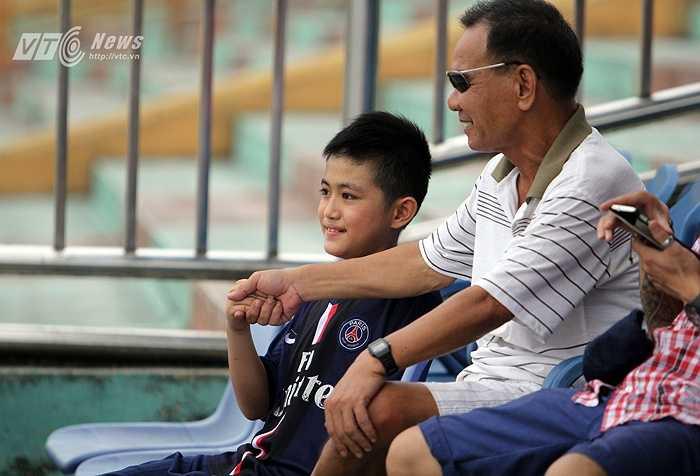 Khi vào sân, cậu bé được nhiều người yêu mến và gọi vui là 'Running man' xứ Thanh.