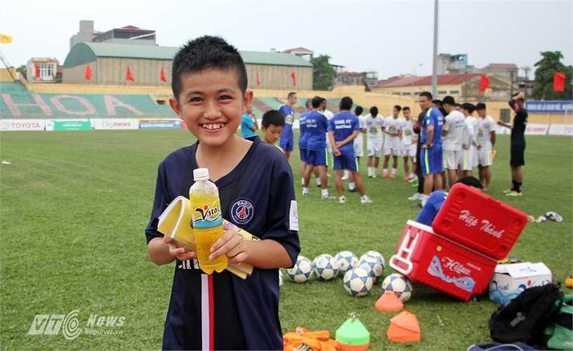 Anh Quang được các cầu thủ HAGL tặng nước uống khi xuống sân.