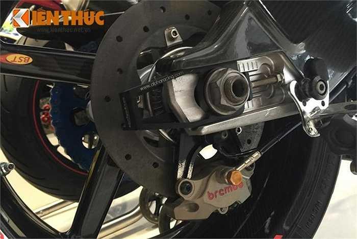 Xe sở hữu cặp vành các bon carbon fiber Black Diamond trị giá khoảng 3.600 USD, đĩa phanh sau cũng là phanh gốm hàng hiệu.