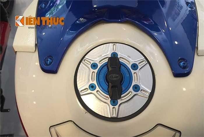 Trên bình xăng của chiếc siêu môtô này cũng được độ thêm nắp bình xăng hàng hiệu được nhập về từ nước ngoài
