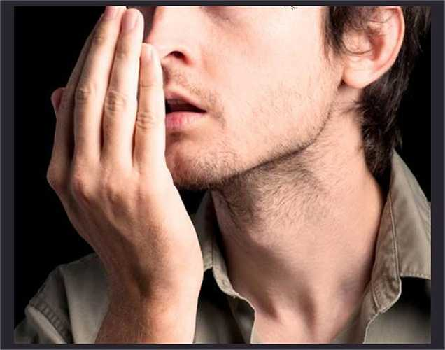 Hơi thở hôi: Khi mất nước, nước bọt trong miệng giảm khiến vi khuẩn phát triển mạnh, dẫn đến hôi miệng. Vì vậy, khi ai đó không đến gần hơn để nói chuyện với bạn, thì bạn biết lí do vì sao rồi.