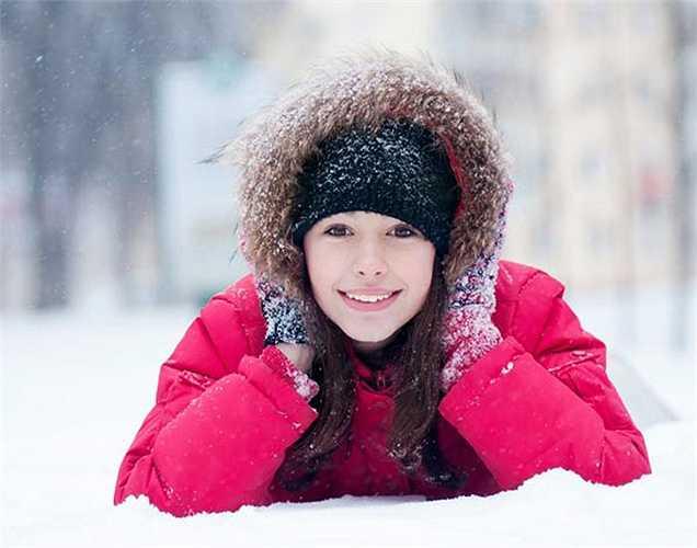 Khi bị rùng mình: Lưu thông máu trong cơ thể bị giảm do thiếu nước, tự nhiên bạn cảm thấy ớn lạnh. Vì nước rất cần thiết để giữ ấm cho cơ thể của bạn trong tất cả các mùa.