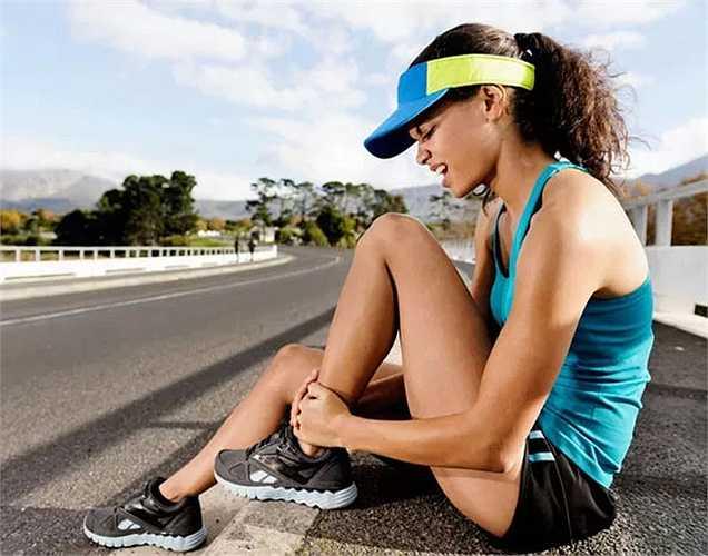 Lý do bị chuột rút: Khi cơ thể thiếu nước, bạn sẽ dễ bị chuột rút. Đối với vận động viên, thì uống nhiều nước là rất cần thiết để nước để giữ gìn sức khỏe, ngăn chặn tình trạng mất nước và luôn khỏe mạnh.
