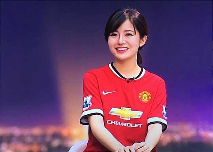 Hình ảnh xinh đẹp của Tú Linh từng xuất trên trong giờ bình luận trước trận đấu giữa MU và Man City