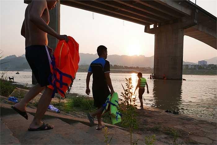 Cứ khoảng 17h trở đi, già trẻ, nam nữ, bắt đầu ra sông. Bãi tắm được nhiều người tìm đến nhất là đoạn bờ sông dưới chân cầu Hòa Bình.