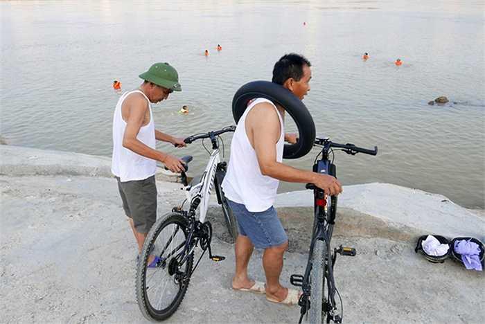 Một số người lớn tuổi thì đơn giản hơn, chỉ cần một chiếc xăm xe hoặc đi người không ra sông cũng có thể tắm.