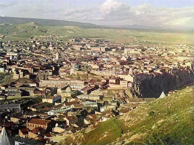 Hình ảnh thủ đô Tbilisi của Georgia   khi nhìn từ trên cao. Tbilisi trước đây được biết đến với tên gọi Tiflis ở Nga. Thành phố này nằm trên một đồng bằng hình thành bởi sông Kura, được sáp nhập vào Đế quốc Nga vào năm 1801 trước khi trở thành thủ đô của Georgia