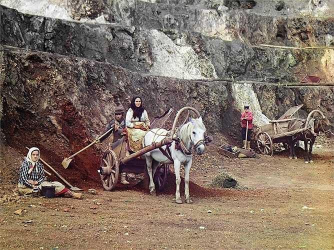 Khi Thế chiến I nổ ra, Nga đang ở trong giai đoạn công nghiệp hóa mạnh mẽ. Nhiếp ảnh gia ghi lại hình ảnh một gia đình khai thác mỏ ở vùng núi Ural