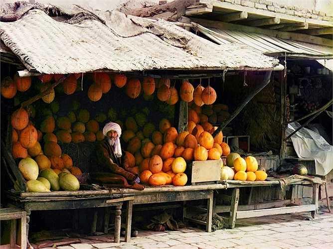 Các tiểu thương cũng bán hoa quả tại chợ Samarkand