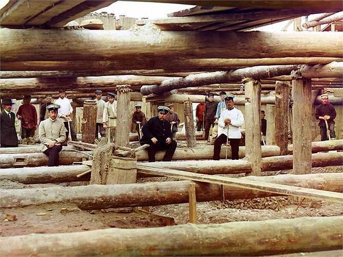 Công nhân xây dựng tại một cống đập dọc sông Oka, gần thị trấn Denivo