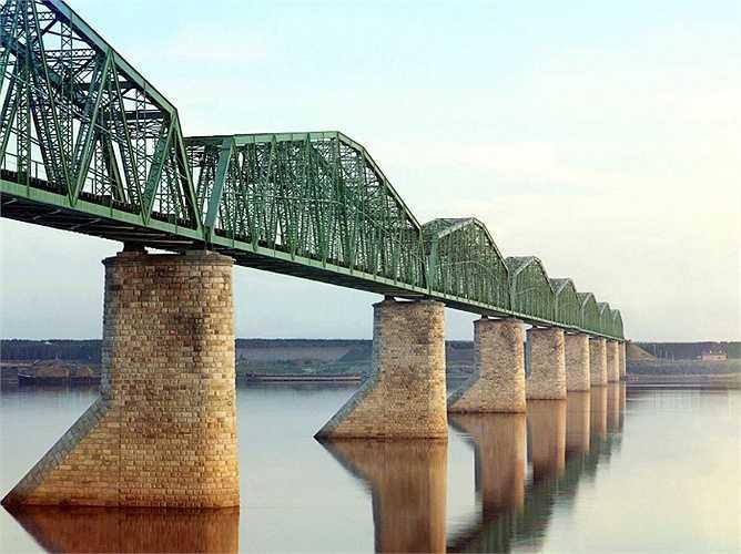 Đường tàu trên cầu bắc qua sông Kama, gần thành phố Perm, là một phần của tuyến đường sắt xuyên Siberia trải dài hơn 9,000 m từ miền trung Nga tới Thái Bình Dương