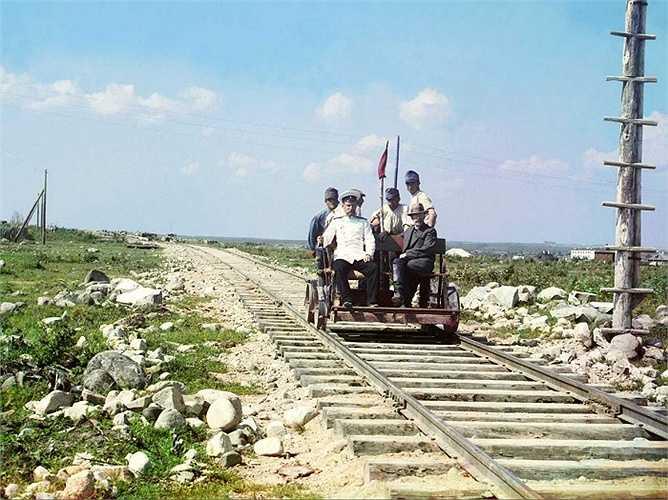 Nhiếp ảnh gia Prokudin-Gorskii ngồi trên chiếc xe chạy trên tuyến đường sắt do chính phủ Nga xây dựng trong Thế chiến thứ nhất, để nối Petrograd và Murmansk