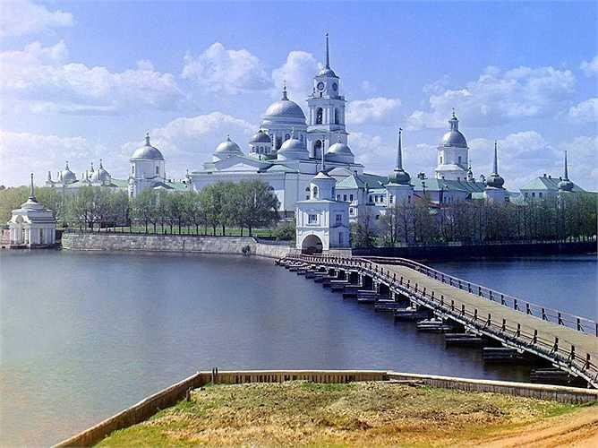 Tu viện St. Nil, nằm trên đảo Stolobnyi ở hồ Seliger, được xây dựng vào khoảng năm 1528 và trở thành một trong những tu viện lớn nhất và giàu có nhất trong Đế quốc Nga.Năm 1927, Liên Xô đóng cửa tu viện, đến năm 1990, nó trở thành nhà thờ Orthodox