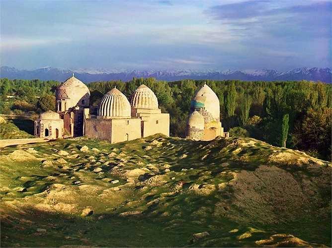 Nhà thờ Hồi giáo Shakh i-Zindeh nằm ở Samarkand nơi tập trung nhiều ngôi mộ phụ nữ trong cung điện của lãnh chúa Timur, người đã cai trị Trung Á từ năm 1370 đến năm 1405