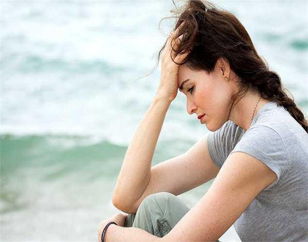 Theo một nghiên cứu gần đây: Cuộc sống chán nản, bất hòa trong gia đình, cuộc sống bị xáo trộn, thiếu những người thân yêu, cô đơn và buồn cũng là điều kiện cho mãn kinh sớm. Giải pháp là bạn nên lấp đầy cuộc sống với niềm vui và tình yêu.