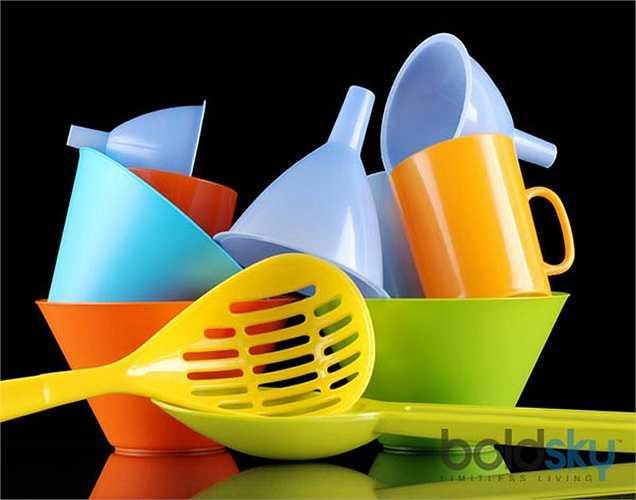 Nhựa: Tốt hơn hết là nên giảm bớt sử dụng nhựa, đặc biệt, khi là để đựng thực phẩm, hãy sử dụng giấy thay vì túi ni lông. Ngoài ra, hộp đựng thức ăn thì nên bằng inox thay hộp nhựa vì một số hóa chất trong hộ nhựa tác động đến hormon nữ.