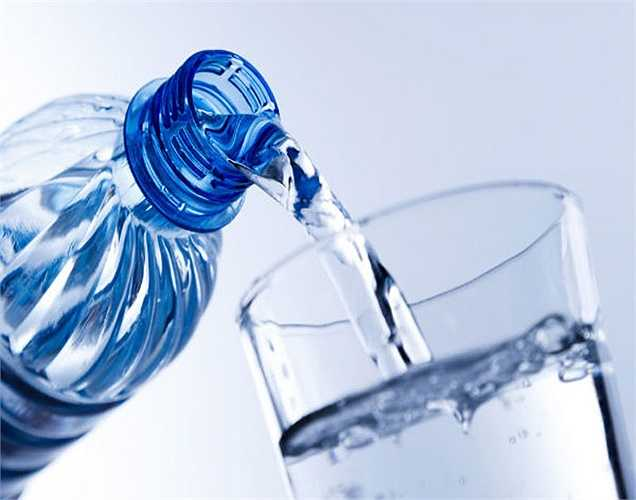 Nước: Uống một ít nước có thể giúp kiềm chế sự thèm ăn của bạn, nhưng không làm mất đi cảm giác thèm ăn trước khi có một bữa ăn bổ dưỡng. Sử dụng phương pháp này chỉ để tránh xa đồ ăn nhẹ không lành mạnh.
