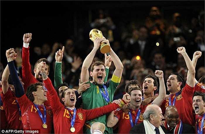 Anh cũng từng có cơ hội giương cao rất nhiều chiếc cúp danh giá khác, như cúp vàng World Cup năm 2010