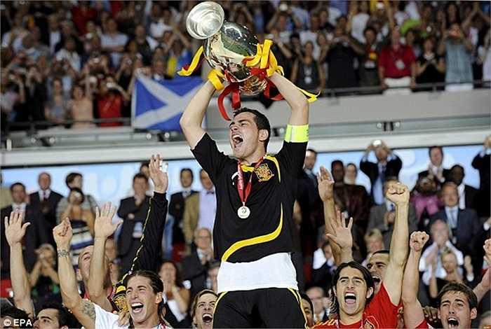 Chiếc cúp bạc Euro thậm chí còn được Casillas giương cao 2 lần vào các năm 2008 và 2012