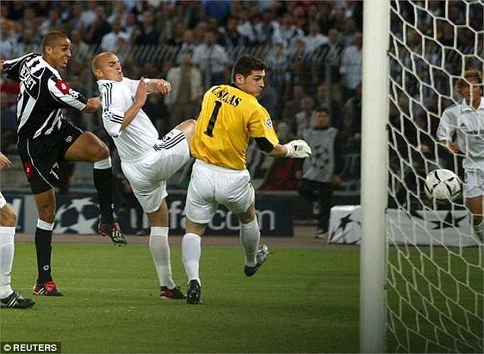 Mặc dù vậy, sự nghiệp của Casillas cũng có những mảng tối, ví như lần bị Juventus đánh bại 3-1 tại bán kết Champions League năm 2003