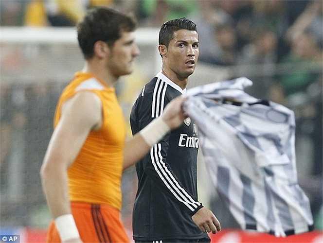 Phản ứng của Casillas và Ronaldo sau khi bị Juventus loại khỏi bán kết Champions League năm nay. Cả hai cũng từng bị đồn đoán là xảy ra mâu thuẫn khi bạn gái Casillas có những phát biểu không hay hướng về CR7