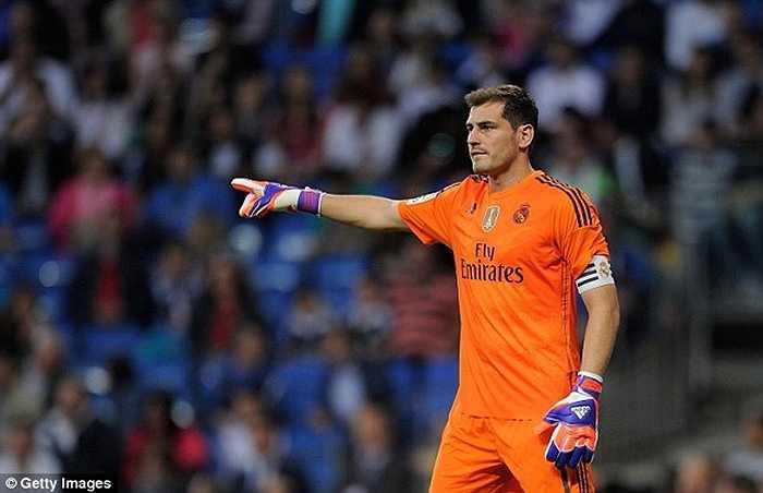 Casillas chính thức làm thủ quân Real Madrid ở mùa 2010-11, sau khi Raul và Guti lần lượt ra đi