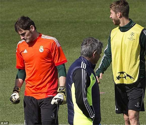Tuy nhiên đó cũng là thời điểm bắt đầu đánh đấu sự đi xuống của Casillas. Phong độ của anh càng trượt dài ở mùa 2011-12, sau những va chạm với Mourinho