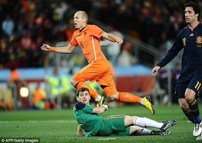 Mặc dù vậy, sự nghiệp của Casillas cũng đầy ắp vinh quang, đặc biệt trong màu áo ĐTQG. Tại World Cup 2010, anh có pha cản phá xuất thần trước cơ hội của Robben