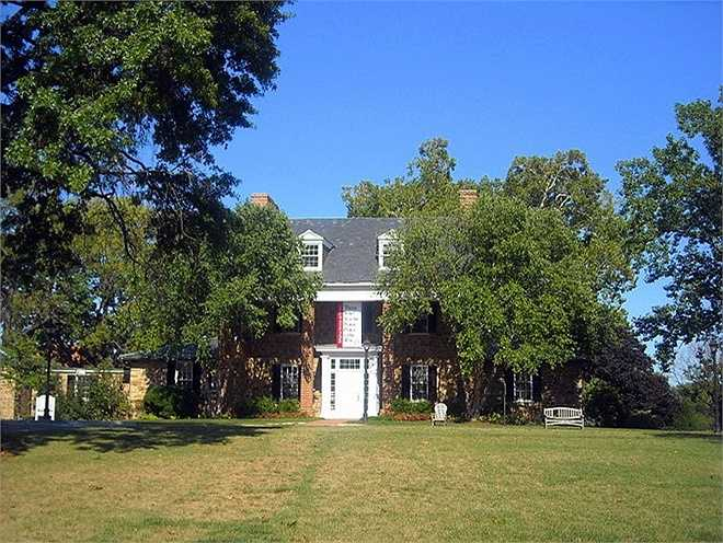 Năm 1883, Thomas Sidwell thành lập trường. Đến nay, nó trở thành một trong những trường nổi tiếng nhất nước Mỹ, được ví như Harvard của Washington.