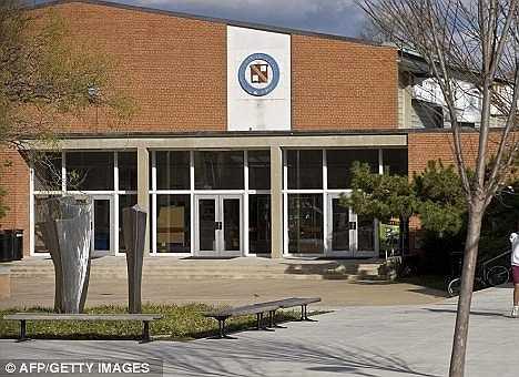 Trường trung học cơ sở và trung học phổ thông nằm ở 3825 Wisconsin Avenue, Washington DC. Khuôn viên trường rộng khoảng 61.000 m2. Trường mẫu giáo và tiểu học đặt tại 5100 Edgemoor Lane, Bethesda, hạt Montgomery, bang Maryland với diện tích 20.000 m2.