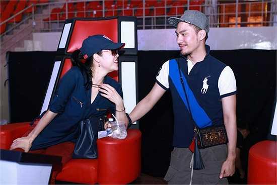 Thu Phương trao đổi với NTK Lý Quý Khánh về trang phục trong đêm diễn.