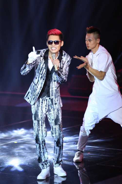 Hữu Toàn đội Thu Phương trình bày ca khúc 'Đông cuối'. Anh từng là thí sinh đội Tuấn Hưng nhưng được Thu Phương 'cứu'