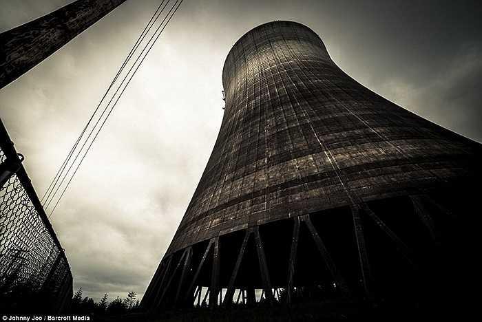 Ống khói khổng lồ của nhà máy điện bỏ hoang